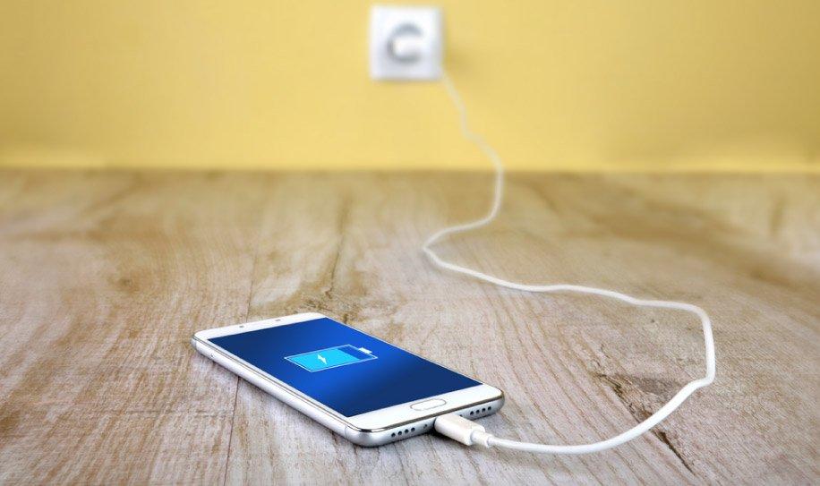 art-05-Dejar-cargando-el-telefono-en-la-noche