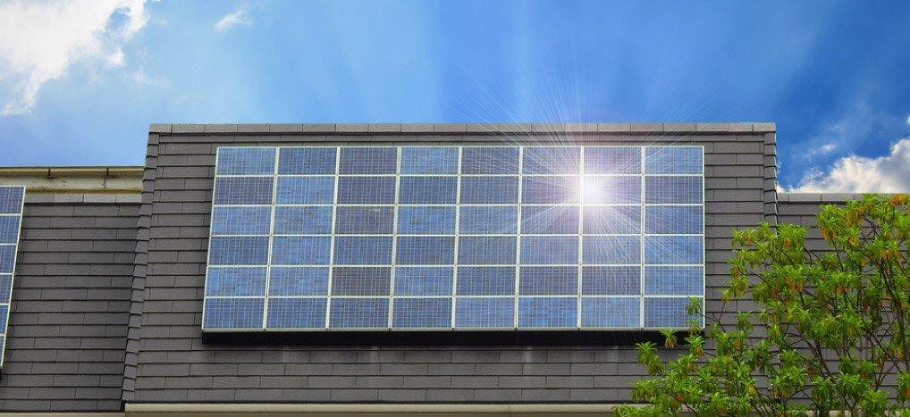 art-06-Con-paneles-solares